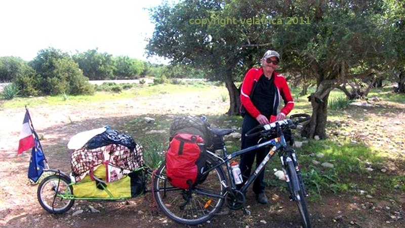 Ce lieu est au Maroc pas trés loin de Essaouira , ou Clement Renaud Lias  à pris ce cliché. Nous avions déjeunez sous ces oliviers . En ce même lieu le lendemain je serai envahi d'émotions .Instants inoubliables .